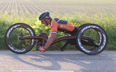 Hier is ie dan: De nieuwe M5 Carbon Handbike van Olympisch sporter Jetze Plat